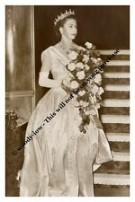 mm717- young Queen Elizabeth wears gown - Royalty photo