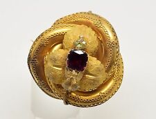 18kts gold brooch with a garnet.