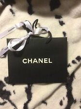 Chanel Bolsa de papel pequeñas y una cinta