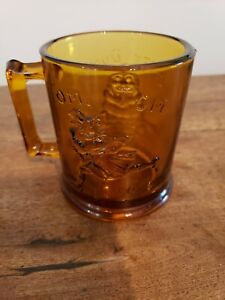 VINTAGE DEPRESSION GLASS HUMPETY DUMPETY & TOM TOM THE PIPERS SON MUG, AMBER