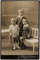 3 Jungs mit Spielzeugdackel und Tennisschläger, Original-Kabinett-Photo um 1910