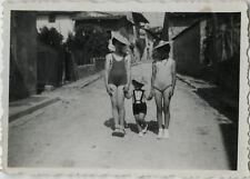 PHOTO ANCIENNE - VINTAGE SNAPSHOT - ENFANT MAILLOT DE BAIN CHAPEAU RUE DRÔLE