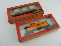 Vintage TYCO HO Scale 8 Wheel 1654 Caboose  and Tyco Skid Flat Car With Pipe