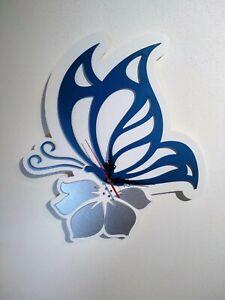 Orologio da parete, farfalla che si posa su un fiore -finiture blu e argento