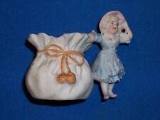 Petit objet de vitrine ancien en biscuit représentant une fillette ...