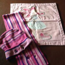 Cubierta Cojín De Barbie Y Sombrero y Bufanda. (tonos de rosa)