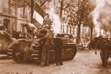WW2 - Paris 26 août 1944 - Char Renault repris aux Allemands par la 2ème DB