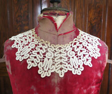 AN ANTIQUE, IVORY COTTON HANDMADE BOBBIN LACE COLLAR