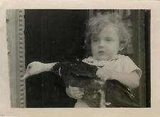 PHOTO ANCIENNE - VINTAGE SNAPSHOT - ANIMAL CANARD ENFANT DRÔLE - DUCK FUNNY 38