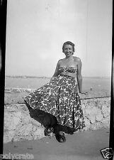 Portrait femme bord de mer vacances - Négatif photo ancien an. 1940
