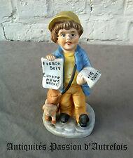 B20150827 - Vendeur de journaux en biscuit de porcelaine 1950-70