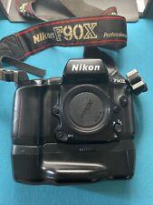 Nikon F90X mit Datenrückteil MF 26 und Hochformatgriff / Batteriegriff MB 10.