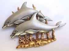 Grande broche bijou  fond couleur or deux beaux dauphins couleur argent relief 8