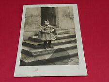 CPA CARTE POSTALE 1900 - 1920 CARTE PHOTO FILLETTE MANTEAU D'HIVER SUR MARCHES