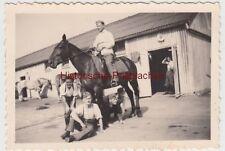 (F14413) Orig. Foto deutsche Soldaten m. Pferd vor Lagerhalle / Stall 1940er