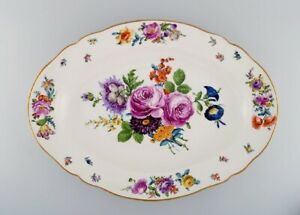 KPM, Berlin. Large antique dish in hand-painted porcelain with floral motifs.