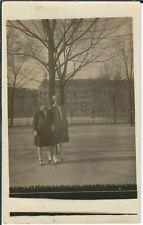 Ansichtskarte 2 junge Frauen beim Spaziergang - Fotokarte 1928