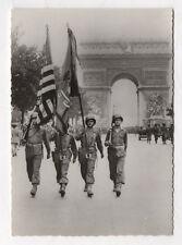CARTE PHOTO ANCIENNE Guerre 39-45 Défilé des drapeaux américains Champs Élysées