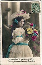CPA Fantaisie - Petite Fille en Belle Tenue et Bouquet de Fleurs