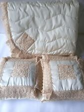 Trapuntino matrimoniale Ricami Aurora con macramè più due cuscini.Col.Panna A564