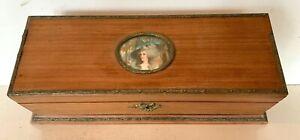 Boite a bijoux en bois naturel a décor d'un médaillon en portrait de femme