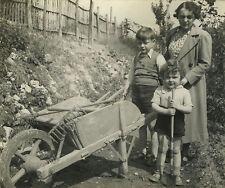 PHOTO ANCIENNE - VINTAGE SNAPSHOT - ENFANT JARDIN BROUETTE JARDINAGE - GARDEN