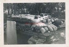 Foto, Blick auf einen Bunker und Handgranaten (N)19499