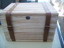 Peso leggero in legno sul petto di archiviazione con cinghie in finta pelle