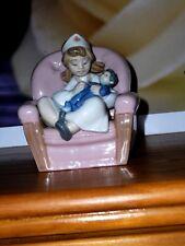 Lladro NAO Girl Playing enfermera sentado en la silla muñeca llardo Ladro llandro