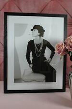 Gerahmtes Bild Coco Chanel Mode Ikone in eleganter Pose Schwarz Weiß 50cm x 40cm