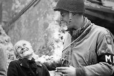 WW2 - MP de la 82ème Airborne avec une normande à Ste-Mère-Eglise en juin 1944