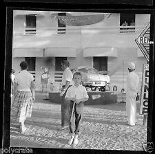 Portrait jeune garçon voiture renault dauphine  Négatif photo ancien an 1960 70