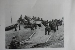 altes Foto 2.WK Soldaten Fähre  beim übersetzen mit 2 Kübelwagen