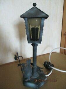 schöne alte Tischlampe Laterne mit Nachtwächter und Hund, Schmiedeeisen