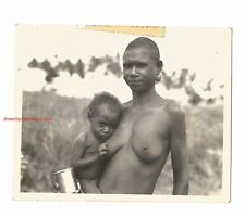 WWII NEW GUINEA SEMI-NUDE WOMAN WITH CHILD SNAP SHOT-FREE SHIP-REAL PHOTO