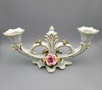 Porzellan Kerzenständer, zweiflammig mit Rosen und Vergoldung.