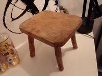 Petit tabouret de berger pour traire en bois massif rustique. 30 cm.
