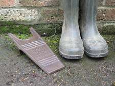 Fonte métal style vintage industrial boot jack. country farm attribution.
