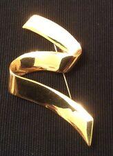 VINTAGE GOLD PLATED MONET PIN BROOCH ZIG-ZAG RIBBON HIGHLY POLISHED LAPEL JACKET
