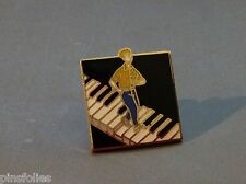 Pin's Folies ***  Piano homme EGF