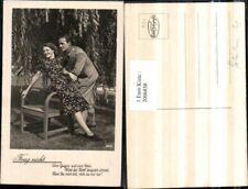 2006858,Frag nicht Spruch Text Mann m. Anzug Frau m. Kleid Stuhl Sessel Baum Wei