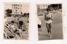 2 Fotos Bikini Bademode 70er - Hübsches Fräulein am Strand (A)