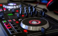 Numark - Mixtrack Platinum - DJ Controller With Jog Wheel Display