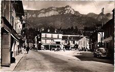 CPA    Saint-Laurent-du-Pont (Isére) - La Place et les Montagnes ...  (433913)