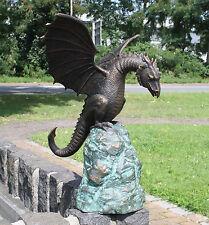 Bronzeskulptur, Drache auf einem Felsen Wasserspeier für Haus und Garten