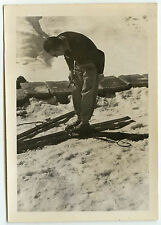 PHOTO ANCIENNE - VINTAGE SNAPSHOT - SKI EQUIPEMENT HOMME - MAN SKIING SHOES FUN