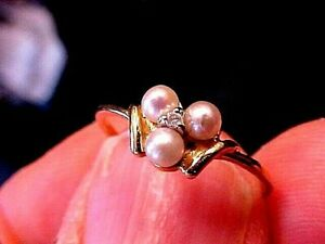1960s 14K Yellow Gold Ladies RING w/3 PEARLS & Center DIAMOND 1.5 Gms Size 6.5