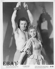 Cornel Wilde barechested, Maureen O'Hara VINTAGE Photo At Sword's Point