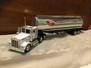 New Ray 1:32 Scale Diecast Metal & Plastic Kenworth Fuel Tanker Semi Truck-Loose