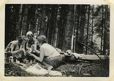 PHOTO ANCIENNE - VINTAGE SNAPSHOT - PIQUE NIQUE FEMME FÔRET ARBRE - PICNIC TREE